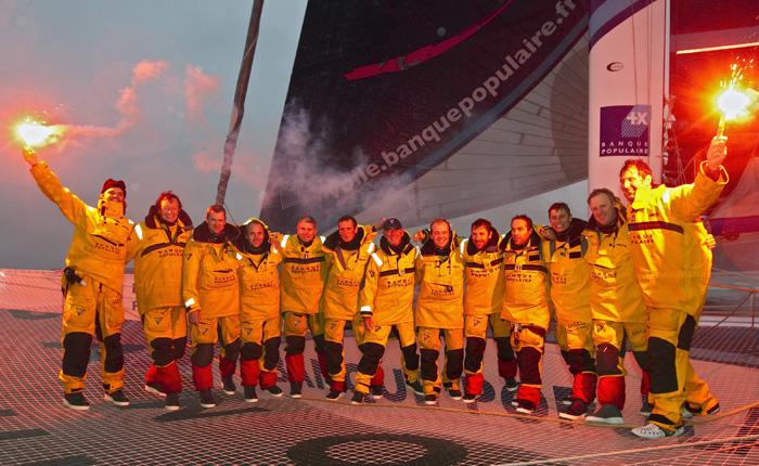 Loïk Peyron pulvérise le record du tour du monde en équipage sans escale sur le Trophée Jules Verne 2011