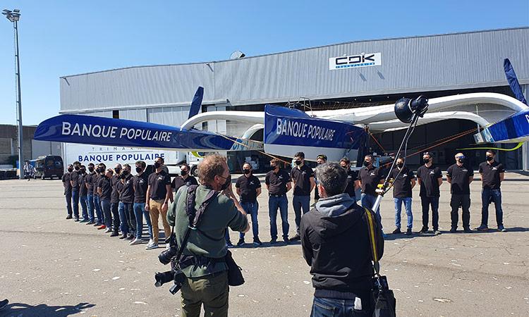 Le Team Banque Populaire réuni devant le chantier CDK de Lorient la Base